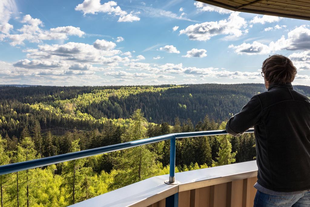 Blick von der Thüringer Warte, einem Aussichtsturm auf einem Berg im Schiefergebirge. (© S. Lemnitzer)